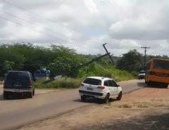 Poste fica pendurado pelos fios em rodovia no Litoral Sul potiguar