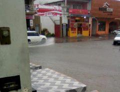 Chuva alaga rua em Macaíba