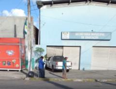 Carro colide contra a porta do prédio da Secretaria de Educação de Macaíba