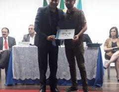 Emídio Jr. entrega título de Cidadão Macaibense ao prof. Costinha
