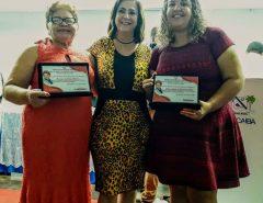 As professoras Berenice Guedes e Juliette Araújo, recebem comenda de mérito educacional