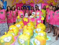 Gestantes recebem kits com enxoval completo para o seu bebê