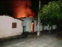 Casa de suspeito de matar mulher grávida e filha dela de 4 anos é incendiada na Grande Natal