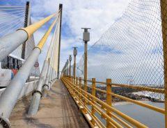 Sem apoio público, população instala telas de proteção na ponte Newton Navarro