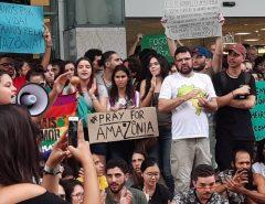 Manifestantes protestam em Natal em defesa da Amazônia