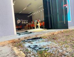 Criminosos arrombam agência bancária e furtam aparelhos de TV; PM chega rápido e dois são presos