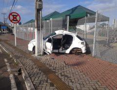 [FOTO] Grave acidente termina com vítima presa às ferragens, no entorno da Arena das Dunas