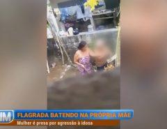 Mulher é presa após ser filmada agredindo a mãe de 76 anos