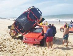 Carro off-road e buggy se 'enroscam' em acidente à beira-mar na Grande Natal