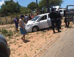Suspeitos batem carro roubado em buggy, deixam turistas feridos e morrem após troca de tiros com a PM na Grande Natal
