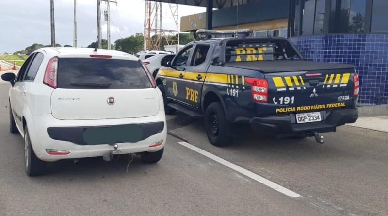 PRF recupera veículo roubado e prende condutor com simulacro de revólver na BR 101
