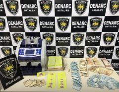 Mulher suspeita de distribuir droga na Grande Natal é presa com R$ 34 mil em dinheiro dentro de casa