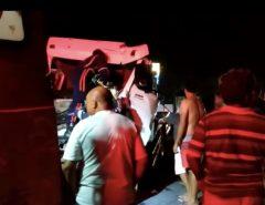 Caminhões batem na BR-304, em Macaíba; um dos caminhoneiros fica ferido