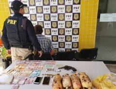 PRF prende assaltante com veículo roubado, arma e droga na Grande Natal