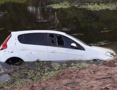 """Submerso em lagoa, """"carro fantasma"""" é mistério para a polícia da Grande Natal"""
