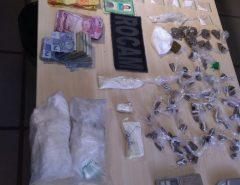 Polícia prende traficante com cocaína, maconha, skank e R$ 1.792 em Felipe Camarão, Zona Oeste de Natal