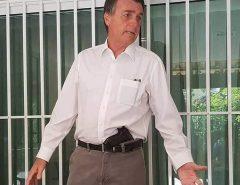 """""""Quem estiver portando arma de forma ostensiva vai levar tiro"""", avisa Bolsonaro à 'bandidagem'"""
