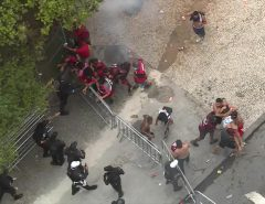 Desfile do Flamengo termina em confronto entre polícia e torcedores no Rio