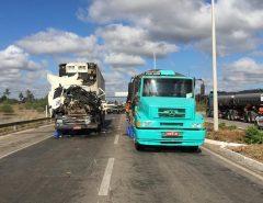 Acidente com dois caminhões interdita BR-304 entre Macaíba e Parnamirim; uma pessoa ficou ferida