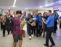 Ítalo Ferreira é recebido com grande festa no aeroporto de Natal