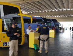 PRF realiza ação educativa sobre a importância do uso do cinto de segurança em ônibus
