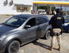 PRF prende 3 homens com veículo roubado, arma e munições