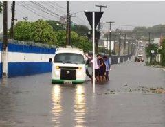 Chuva causa alagamentos e deixa trânsito lento em Natal; confira pontos críticos