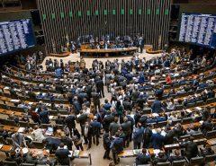 Câmara aprova quarentena para parlamentares; Eduardo Bolsonaro faz exames