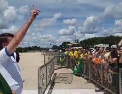 Bolsonaro deixa isolamento do coronavírus e participa de manifestação em Brasília