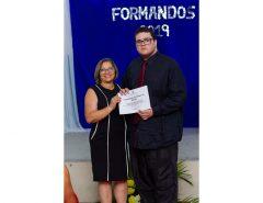 Aluno com autismo recebe certificado de honra ao mérito em escola estadual