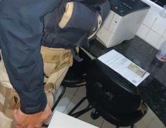 PRF prende dupla por porte ilegal de arma de fogo e por mandado de prisão em aberto
