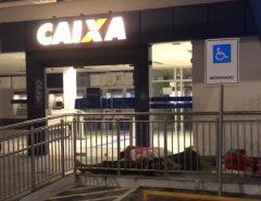 Dormindo em papelões, moradores do RN passam madrugada em filas para tentar sacar auxílio emergencial
