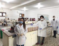 Alunos e professores de Química produzem sabão líquido em laboratórios da UERN