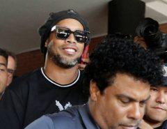 Ronaldinho Gaúcho e Assis pagam fiança milionária e vão para prisão domiciliar