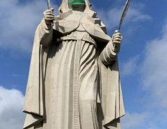 Maior imagem católica do mundo recebe máscara simbolizando combate ao coronavírus em Santa Cruz/RN