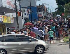 [FOTO] Trabalhadores se aglomeram em busca do auxílio emergencial em agência da Caixa no Alecrim