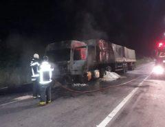 Homem morre queimado após batida de caminhão com moto na Grande Natal