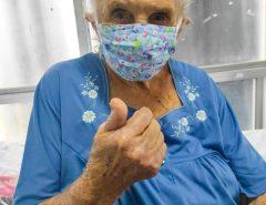 Idosa de 97 anos que ficou quase 48 horas internada em cadeira de UPA recebe alta; 'Está mais forte', diz neta