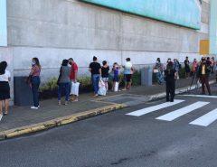 Clientes fazem filas para entrar em shoppings de Natal no primeiro dia de reabertura durante pandemia da Covid-19