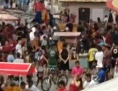Pessoas ignoram pandemia e se aglomeram sem máscaras na praia de Ponta Negra