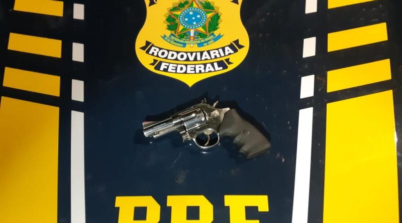 PRF prende homem por porte ilegal de arma de fogo, munição e droga em São Gonçalo do Amarante