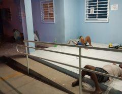 Pacientes dormem em calçada de posto de saúde para conseguir fichas de exames e consultas em Natal