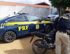 PRF e PM recuperam motocicleta roubada, apreendem arma e drogas