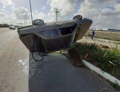Motorista bate carro em canteiro e capota na BR-304, entre Macaíba e Parnamirim