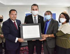 Kleber Rodrigues recebe a placa de Parlamentar do Ano 2020 da ALRN