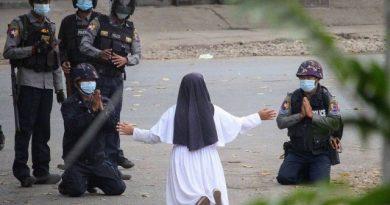 Freira fica na frente de manifestantes e implora para exército não atirar, em Myanmar