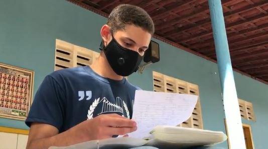Estudante da rede pública que chegou a morar na rua na pandemia é aprovado em curso de direito no RN