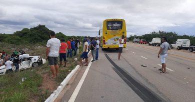 Casal morre e duas crianças ficam feridas após batida entre carro e ônibus de turismo no RN