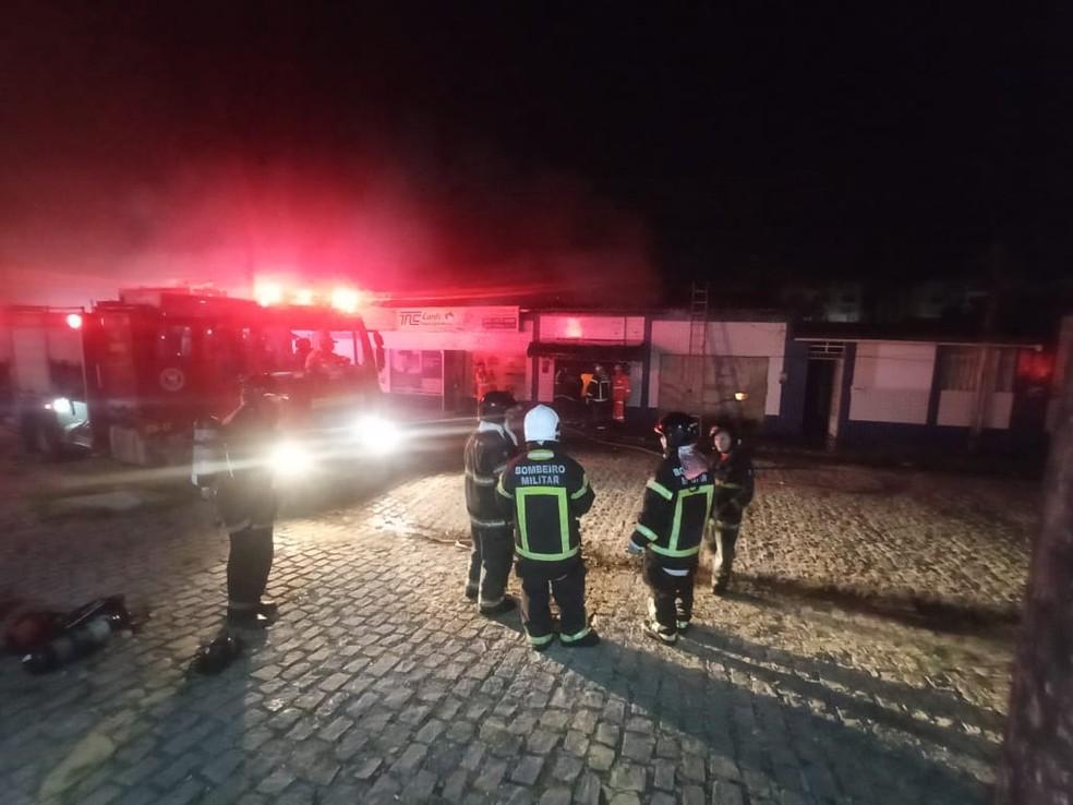 Incêndio de 7 horas destrói armazém de materiais de festas em Natal