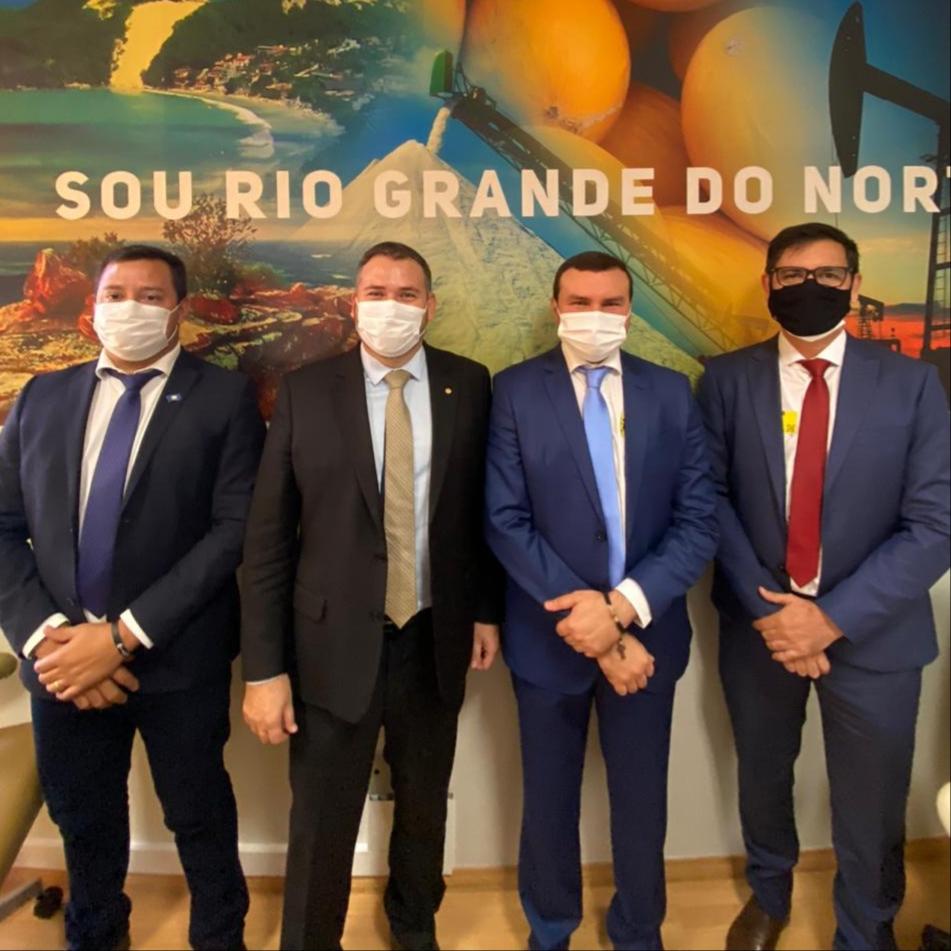 Emídio solicita máquinas pesadas e poços tubulares para Macaíba, durante reunião em Brasília